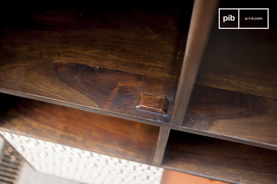 Met haar mooie lijnen en de Scandinavische vintage kleur is het hoge Londress dressoir meer dan een