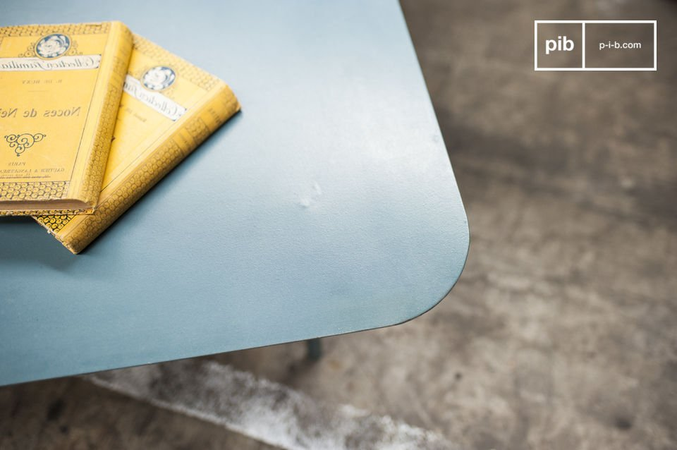Dit metalen meubelstuk gebruikt contouren en kleuren die je doen denken aan de jaren \'50 voor een retro gevoel