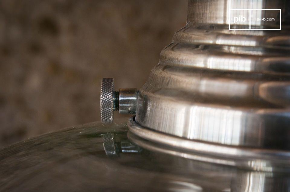 De strakke lijnen zorgen ervoor dat het licht van deze hanglamp het mooiste effect geeft in uw huis