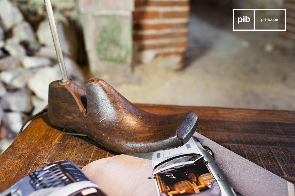 De schoenspanner is volledig gemaakt van oud gelakt hout die een tweede leven heeft gekregen