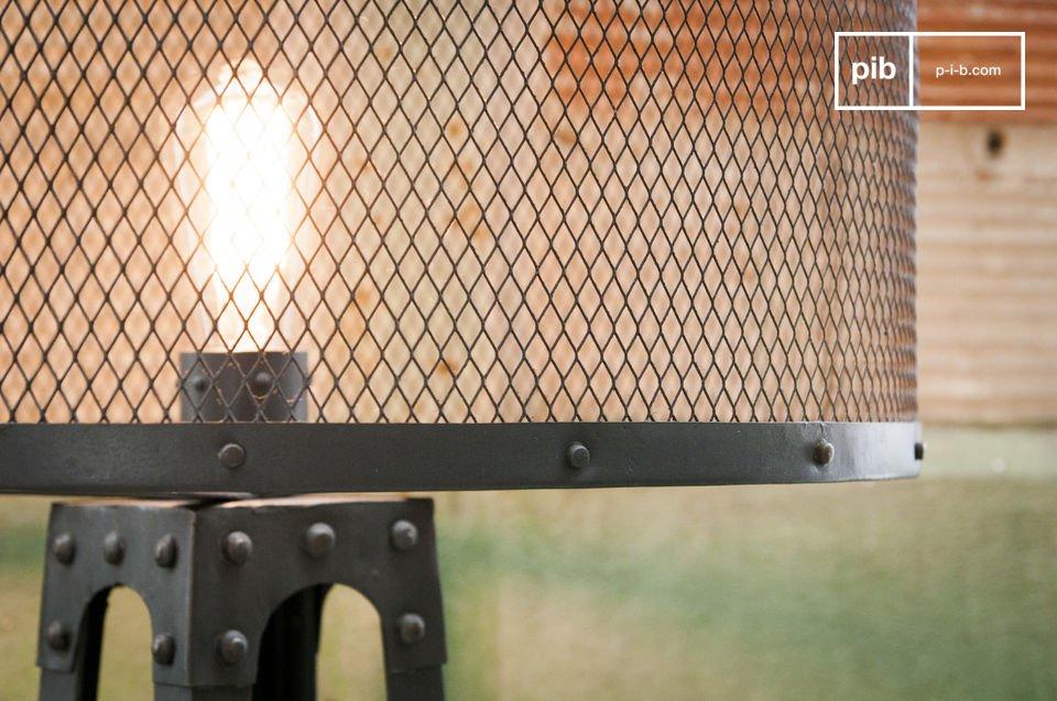 De Hornby vloerlamp is absoluut een unieke lamp: de metalen structuur is gemaakt van donkergrijs