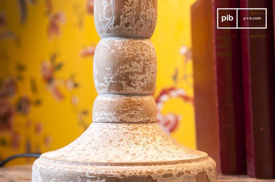 Witte lamp van verouderd hout, geïnspireerd op antieke en chique interieurs