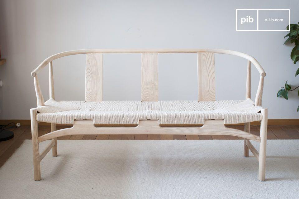 Deze bank in Scandinavische stijl voegt gemakkelijk een vleugje vintage charme toe aan uw interieur