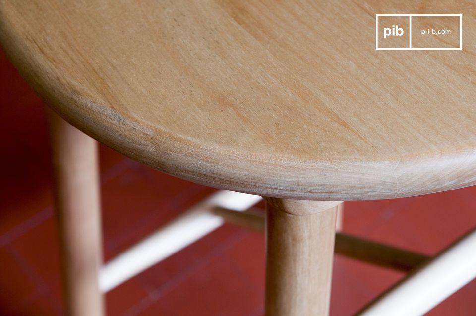 Deze van berkenhout gemaakte retro barkruk in Scandinavische stijl kruk heeft een design dat zowel