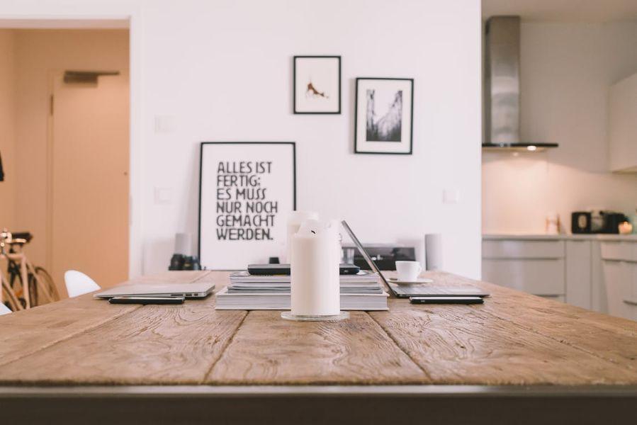 Houten tafel modern wit interieur