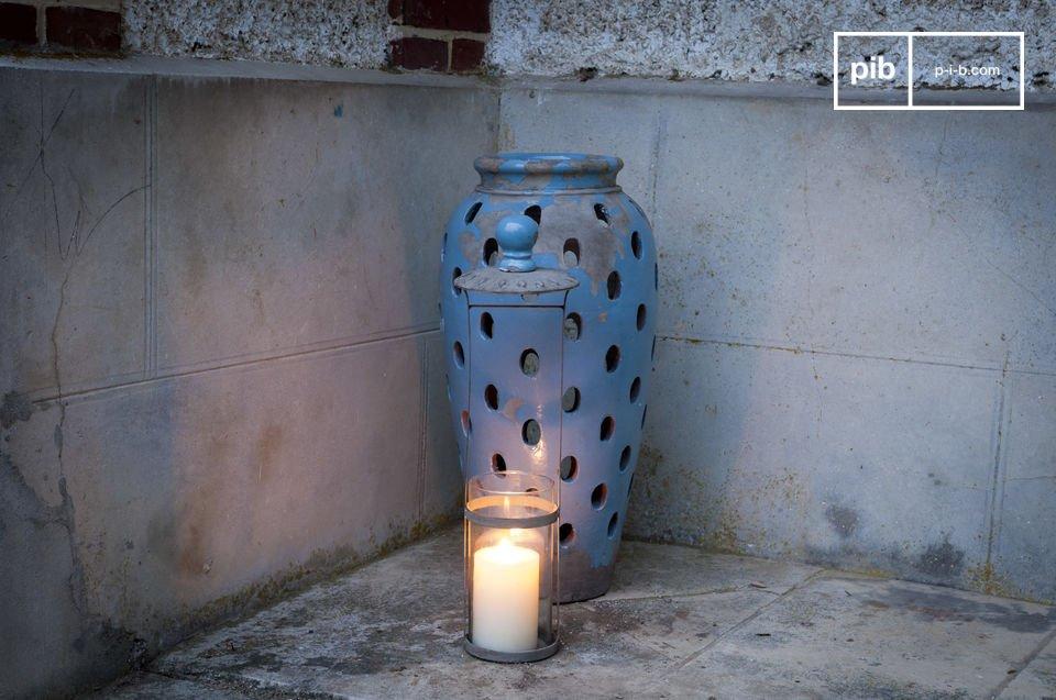 De llbarratiz terracotta lantaarn heeft een verontruste blauwe afwerking en het verspreidt prachtig