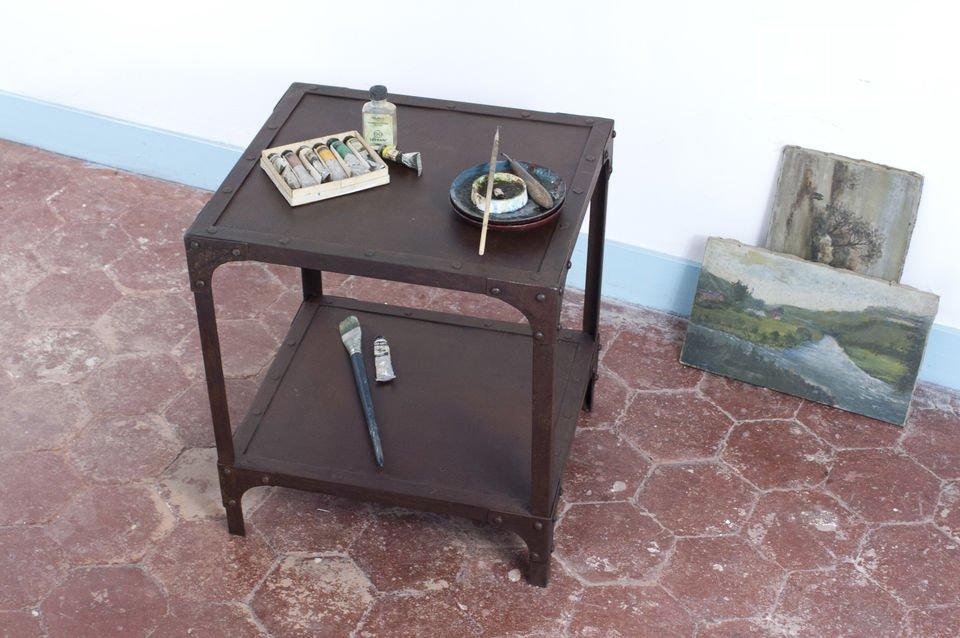 Grof bewerkt, zwaar met een prachtige roeste afwerking, deze tafel is ideaal voor het einde van de bank als een bijzettafel, of in de badkamer waar het allure uitstraalt door de vintage tafel