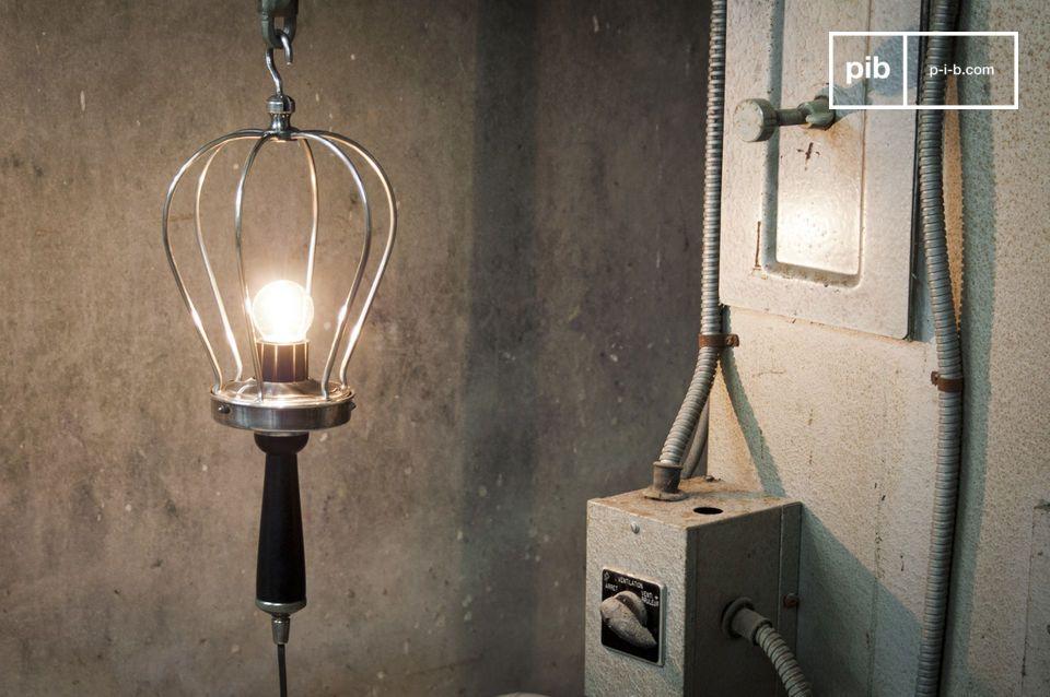 Bijzondere duplicaat van een oude industriële hand lamp, gemaakt van verzilverd koper met een gekleurde houten handvat
