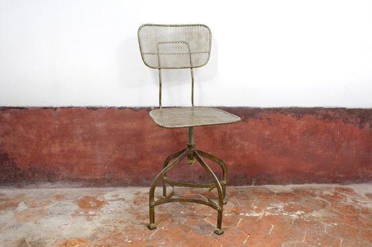 Industriële stoel van geperforeerd staal