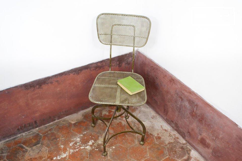 Deze industriële stoel heeft een vintage karakter en is gemaakt van geperforeerd staal dat is