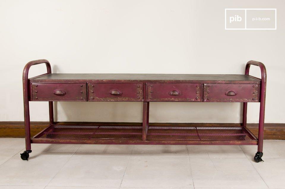 Voorzien van een massief metalen basis dat het meubel een antieke touch geeft en een zwart massief