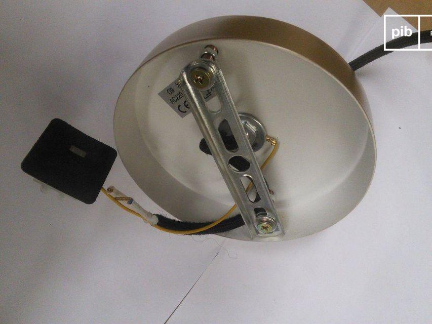 De kabel daarentegen is gewikkeld in een zwarte gevlochten textielmantel