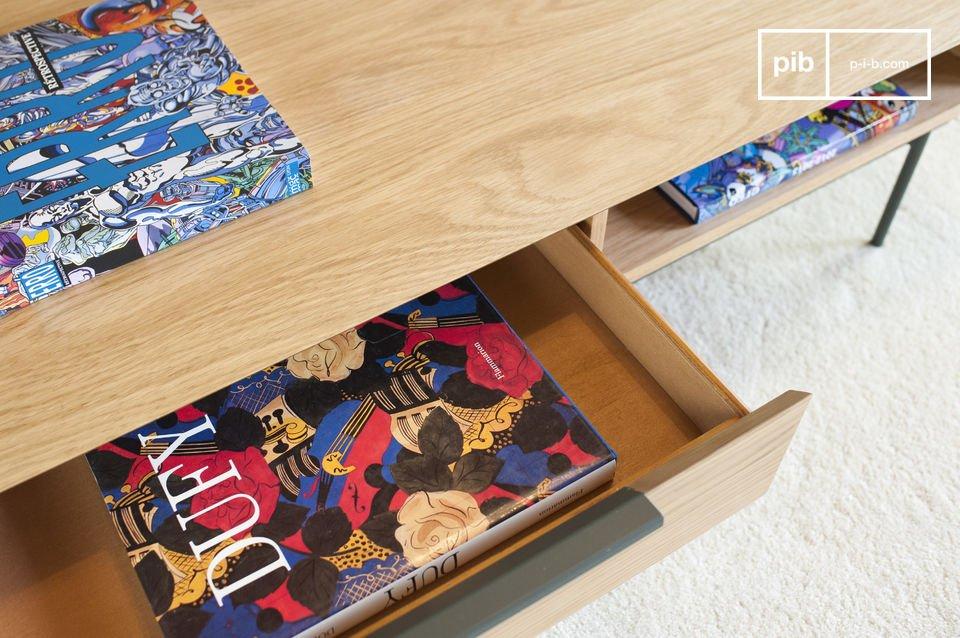 De donkergroene poten en handvaten geven een zeer estetisch contrast met de lichte eikenhouten tafel