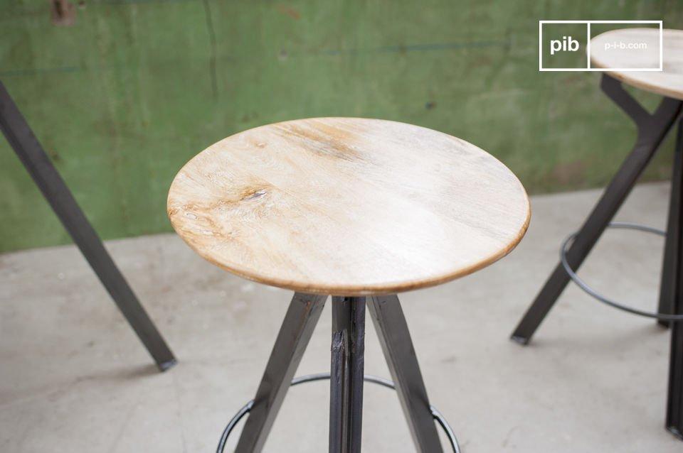 Een hoge stoel van mango hout met een metalen basis