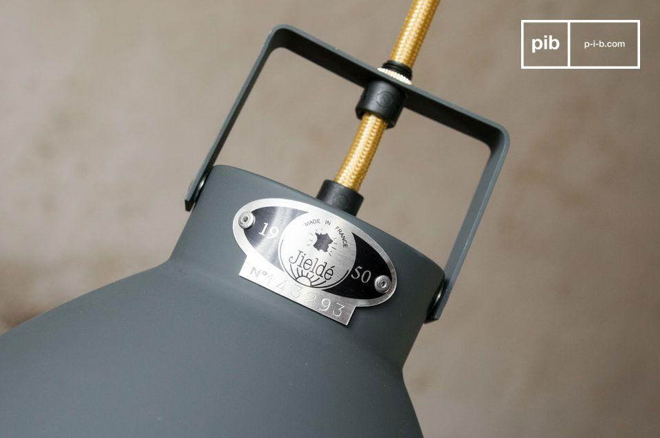 De Augustin plafondlamp is een waardige vertegenwoordiger van de industriële lampen die sinds 1950
