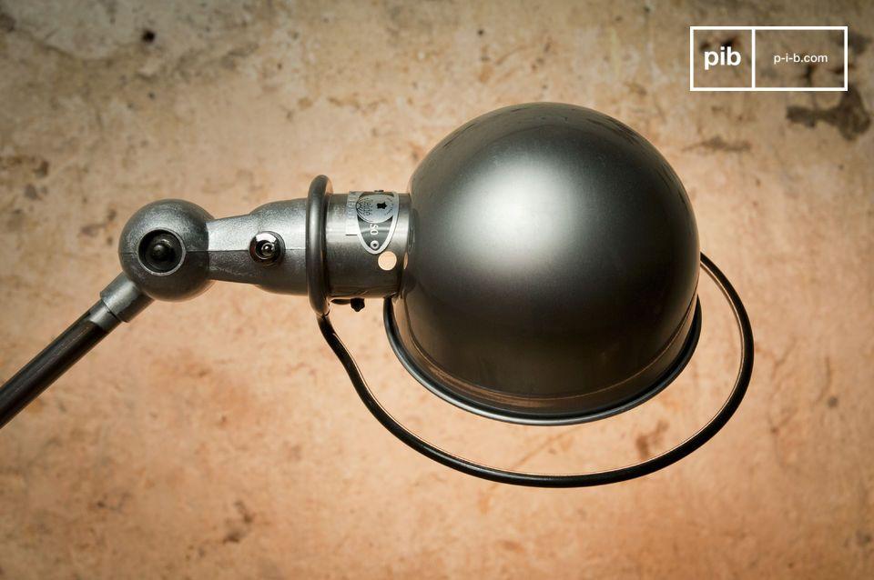 Stevig geplaatst op de metalen basis met een diameter van 33 cm