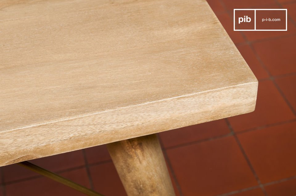 De matte afwerking en het lichtjes gepatineerde hout geven de tafel een bijzonder natuurlijke