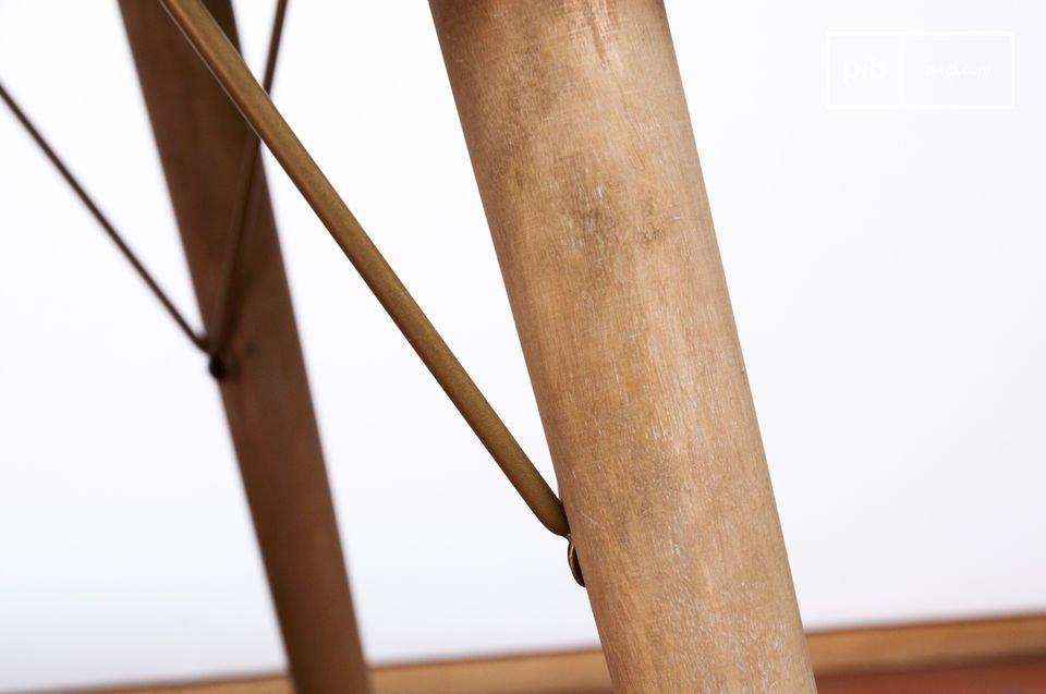 De metalen versterking op elke tafelpoot maken de tafel stabieler en tegelijkertijd geven hem een