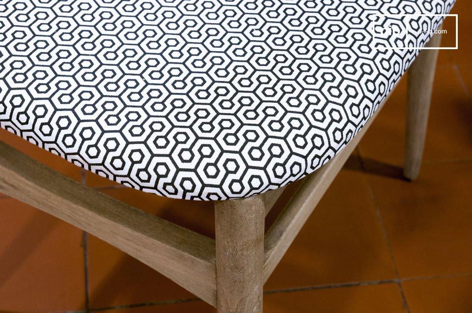 Deze stoel kenmerkt zich door een beige patina afwerking die het een verouderde vintage touch geeft