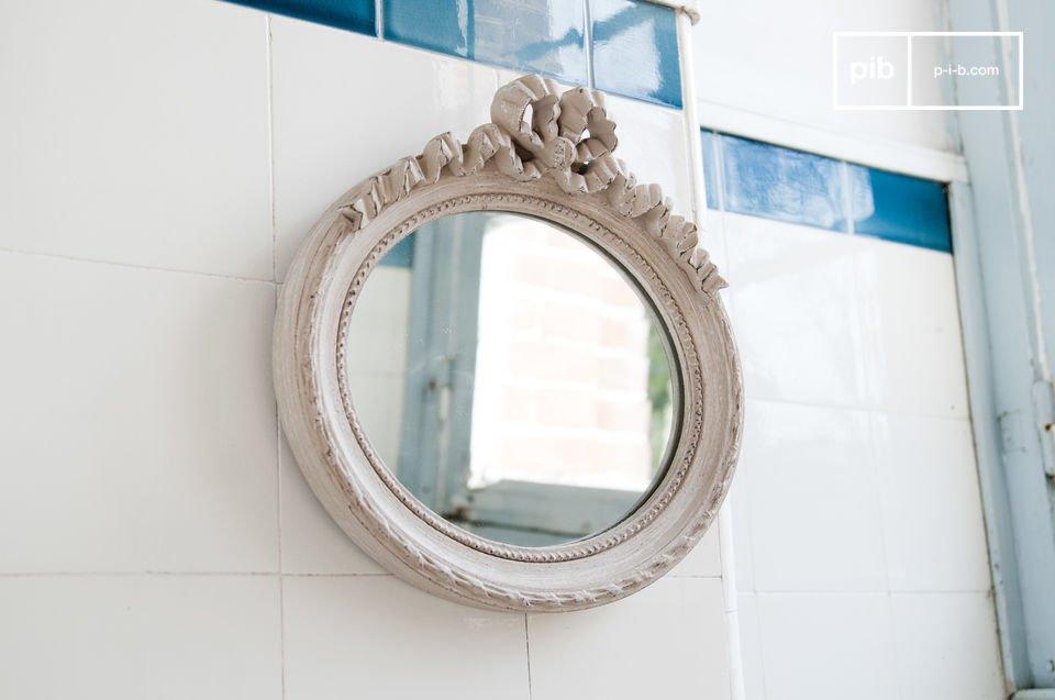 Romantisch en retro, deze kleine ovale spiegel is volledig gemaakt van hout