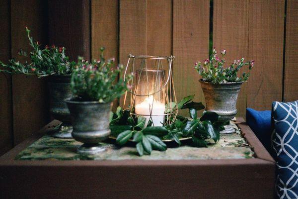 Kaars op tafel met bloemen