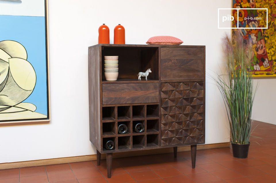 Deze Scandinavische retro kast is geheel van fijn hout gemaakt