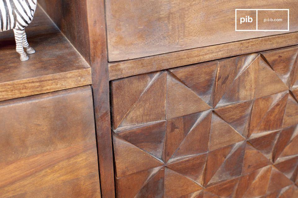 De massief houten kast is ideaal zijn om bijvoorbeeld uw flessen wijn in de woonkamer op te bergen
