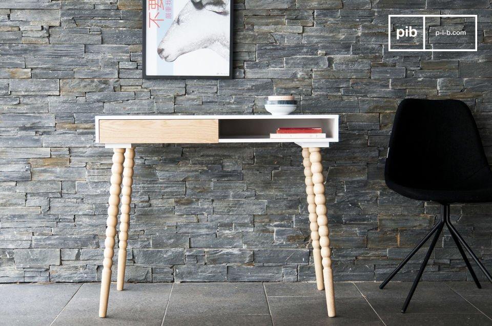 Creatief en functioneel, het Katalina bureau is dankzij zijn afmeting te gebruiken als bureau om te werken, maar het kan ook gebruikt worden als sidetable