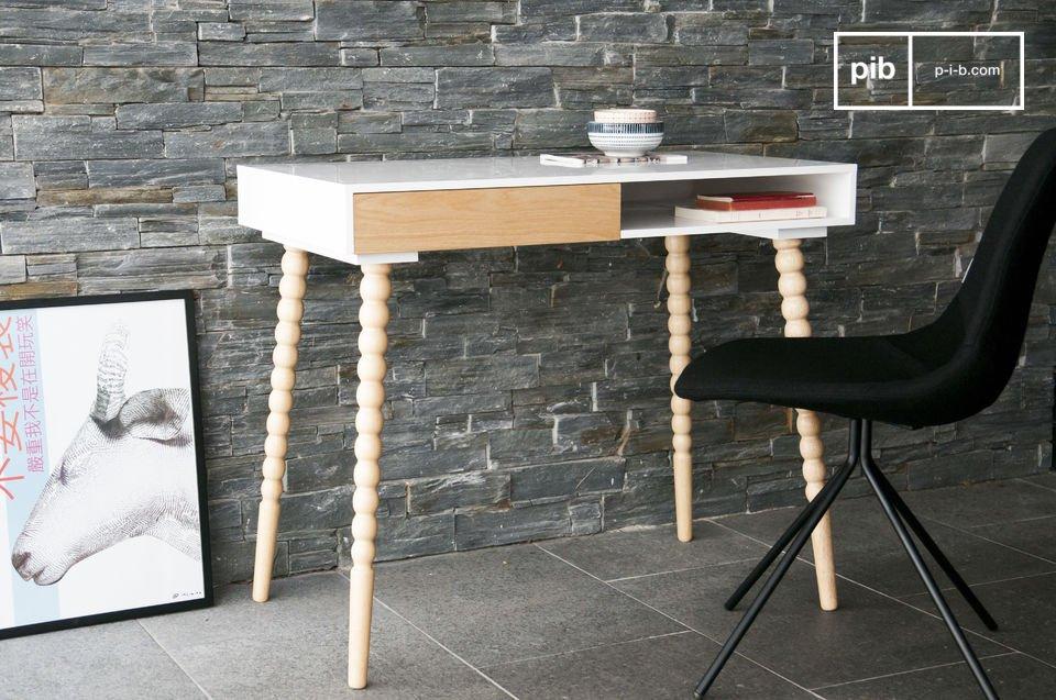 Aan het witte gelakte tafelblad is een lade bevestigd en het is ideaal om spullen in op te bergen