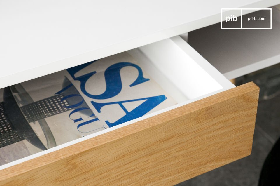 Het bureau is stabiel dankzij de vier houten poten die zijn gelakt en daarnaast hebben ze een ronde uitgesneden vorm