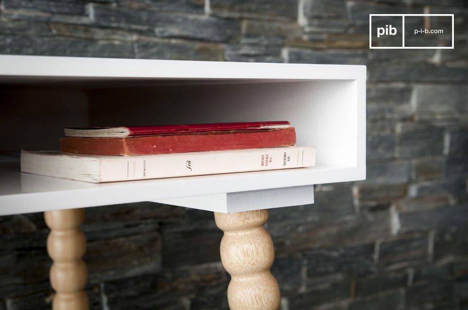 Het natuurlijke hout steekt mooi uit tegen het witte frame van het bureau en het benadrukt de tijdloze Scandinavische stijl van dit meubel