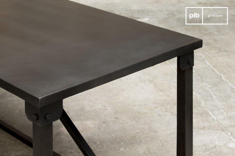 De Kerizel eettafel vertoont een uitgesproken industriële stijl met zijn vierkante en sobere lijnen