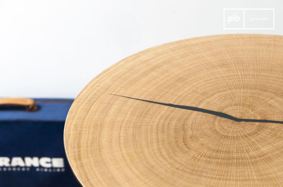 De Xylème bijzettafel is samengesteld uit een dun rond metalen blad bedekt met eikenhout