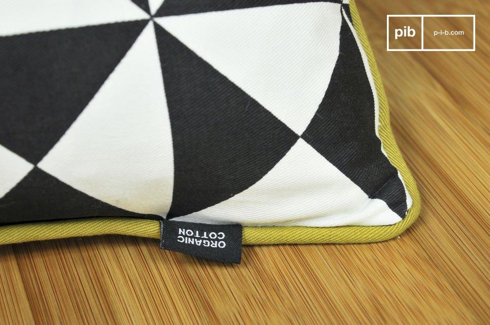 Dit kleine kussen is volledig gemaakt van biologisch katoen en is bedrukt met driehoekige patronen