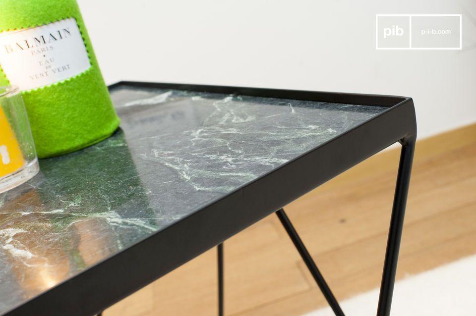 Het vierkante blad van de kleine Bumcello tafel is gemaakt van geribbeld groen marmer