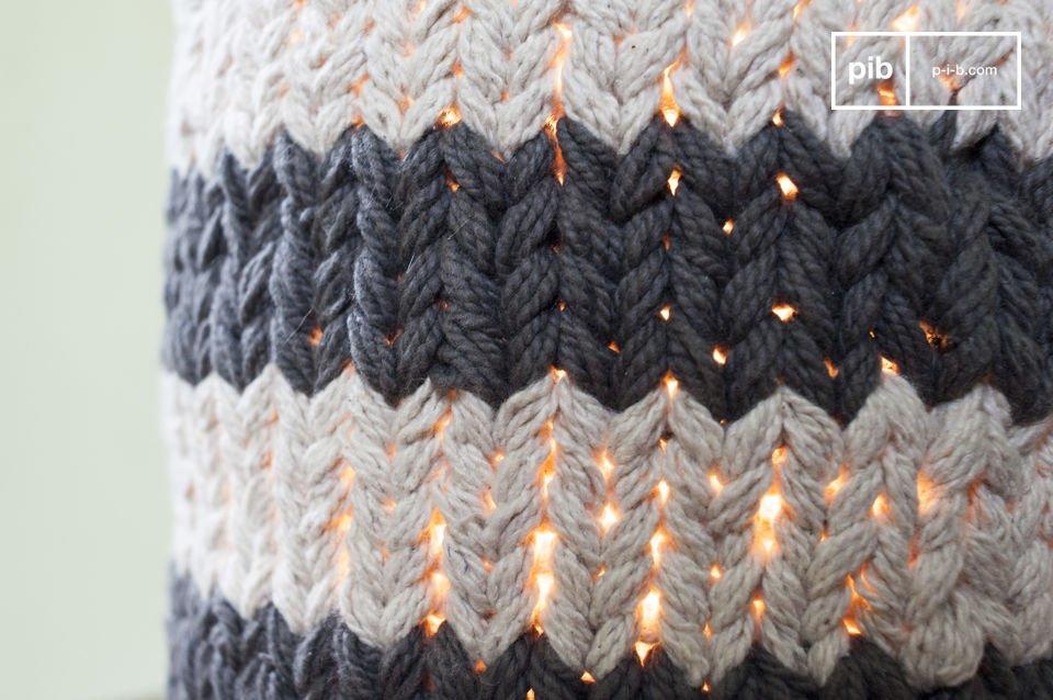 De handgemaakte lampenkap voegt een comfortabele en warme sfeer toe die je doet denken aan een Scandinavisch interieur