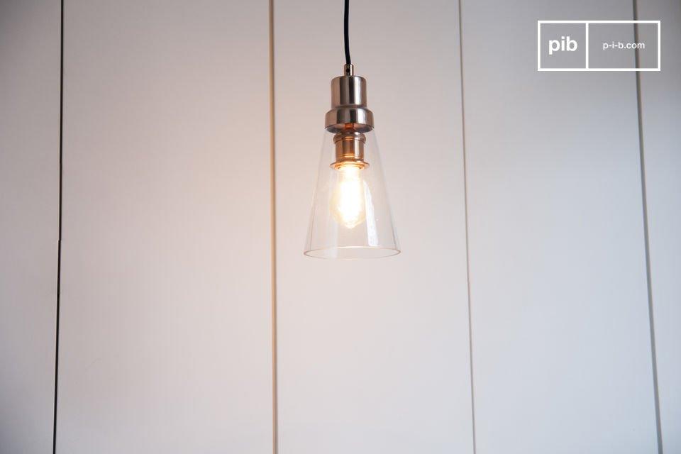 De Konisk hanglamp combineert koper en glas voor een stijlvol tintje in een eenvoudig interieur
