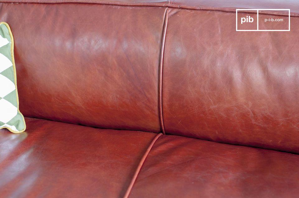 De werkelijke kleur van de bank is mokka, een bruine tint met een rood-oranje ondertoon