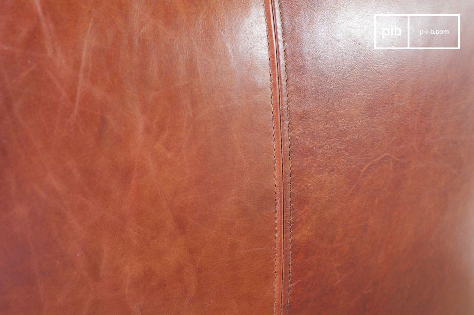 De unieke esthetiek van de fauteuil is van nature vintage dankzij de prachtige rode lederen
