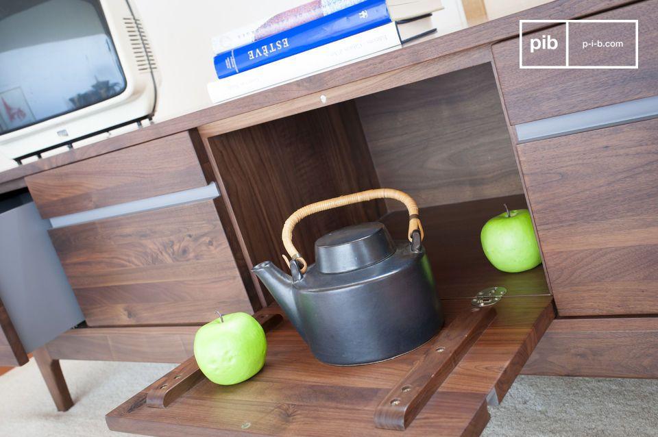 Een groot laag buffet in lichtheid: het Neliö notenhouten lage buffet is ontworpen met een