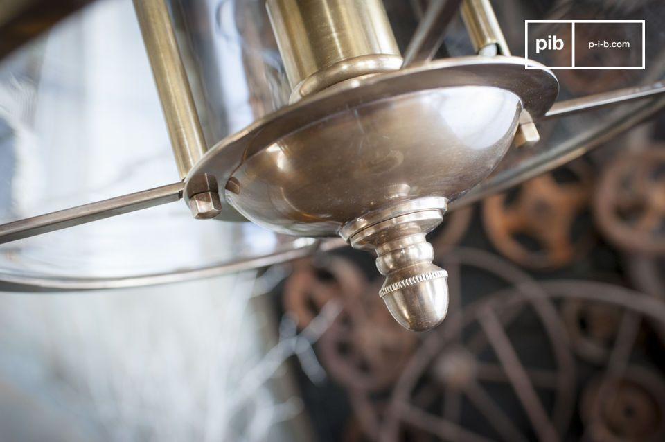 Met zijn elegante kabel die zich vermengt met de ketting en zijn vele gouden details