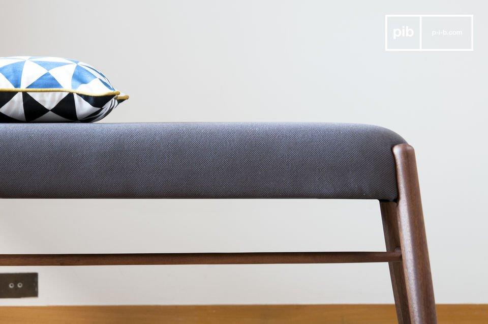 Deze bank laat de typische lijnen van Scandinavisch meubilair uit midden twintigste eeuw er eenvoudig en elegant uitzien