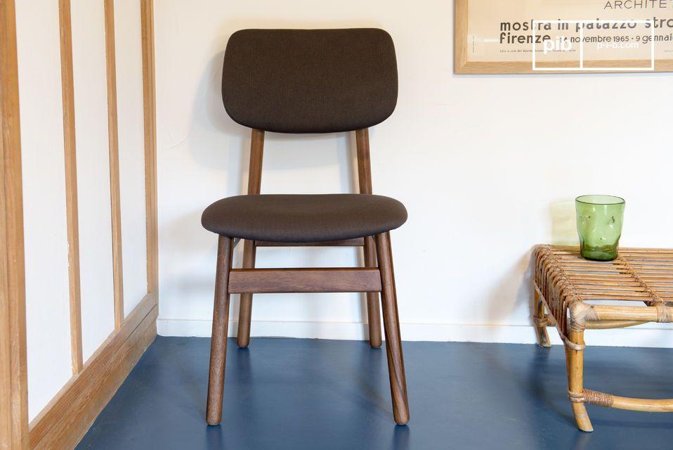 Een comfortabele stoel, perfect rond een eettafel of als bureaustoel in een kantoor