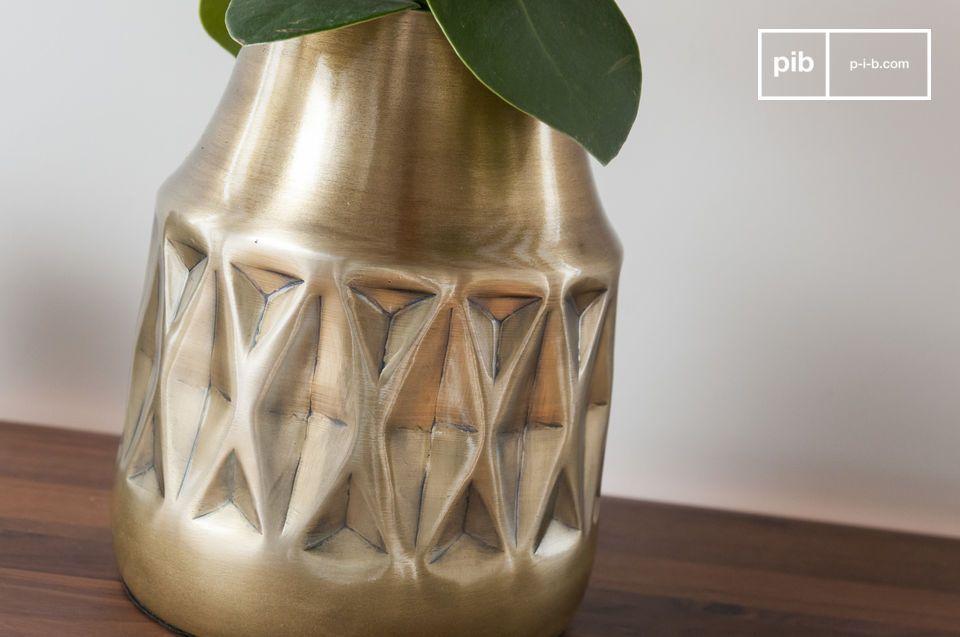 Geometrische patronen en gelakt koper voor een prachtig vintage staaltje