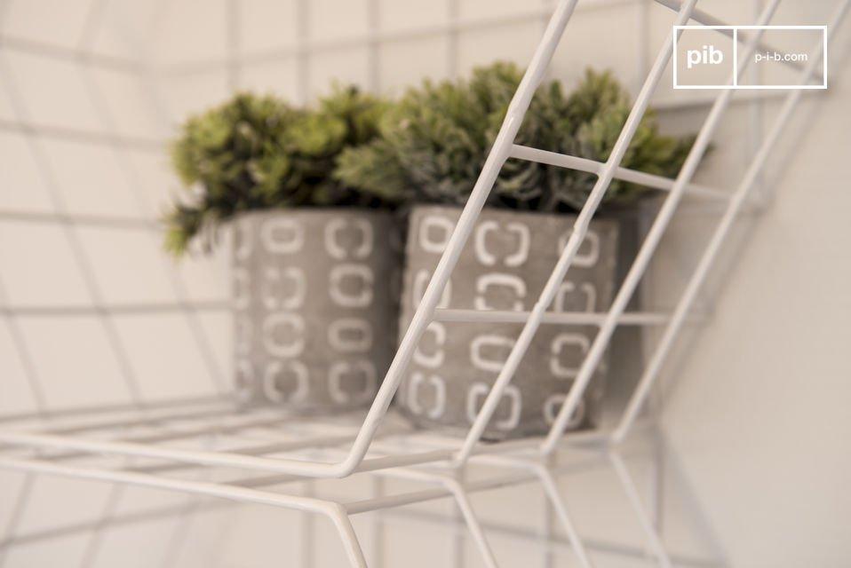 Een metalen wand opslagmeubel die zijn plaats in elke kamer van een huis kan vinden en een witte