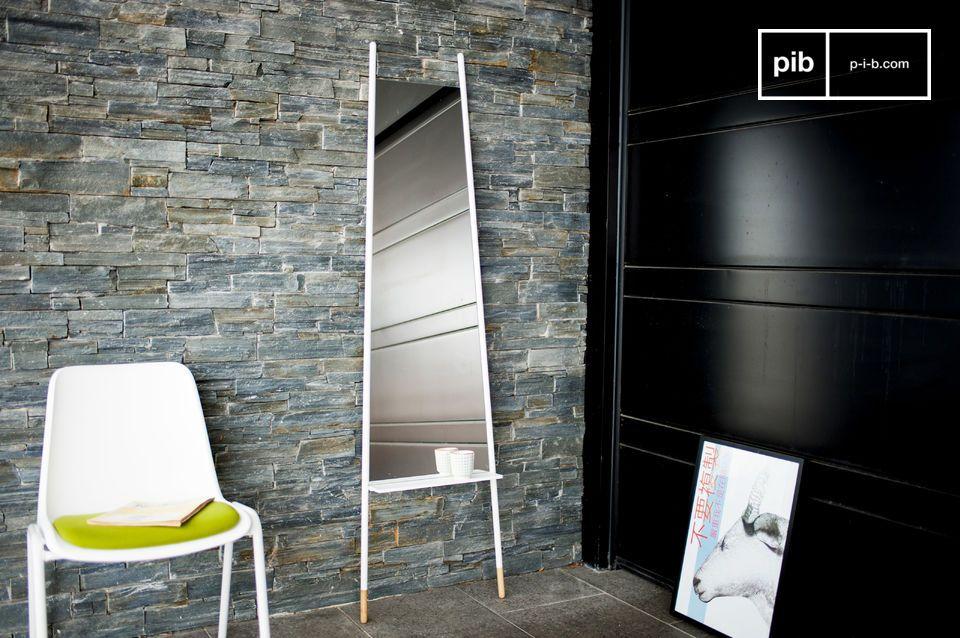 Deze grote spiegel is erg praktisch en voegt een Scandinavische stijl toe aan je interieur