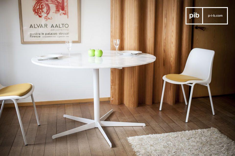 De witheid van marmer onthuld met deze delicate ronde tafel