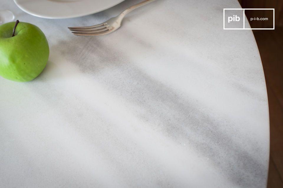 De zachte en lichte lijnen maken van de Lemvig wit marmer ronde tafel een helder en lichtgevend