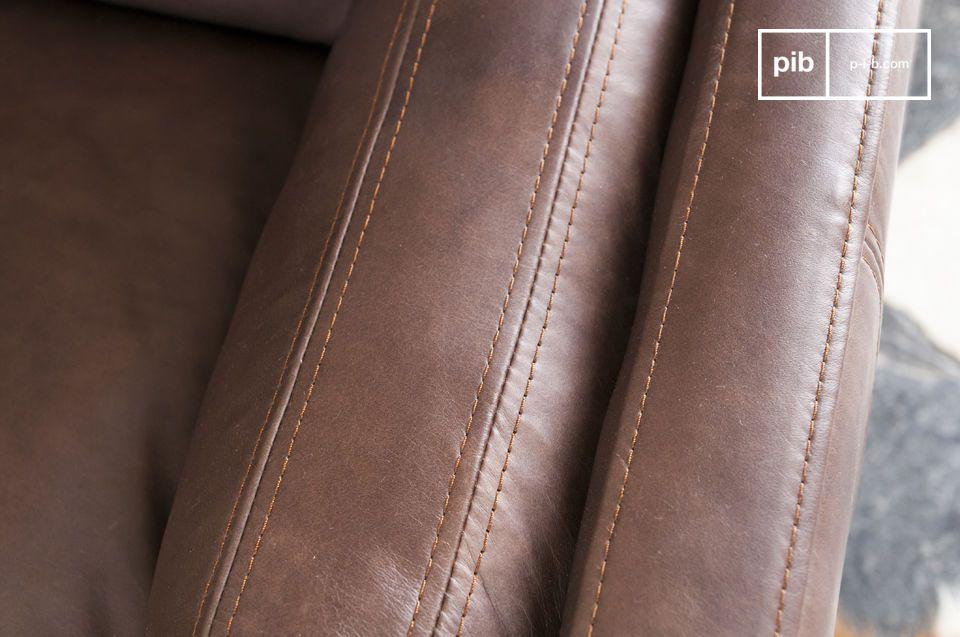 Deze leren fauteuil is met de hand gebruind en kan in een grote kamer of zelfs in een kantoor