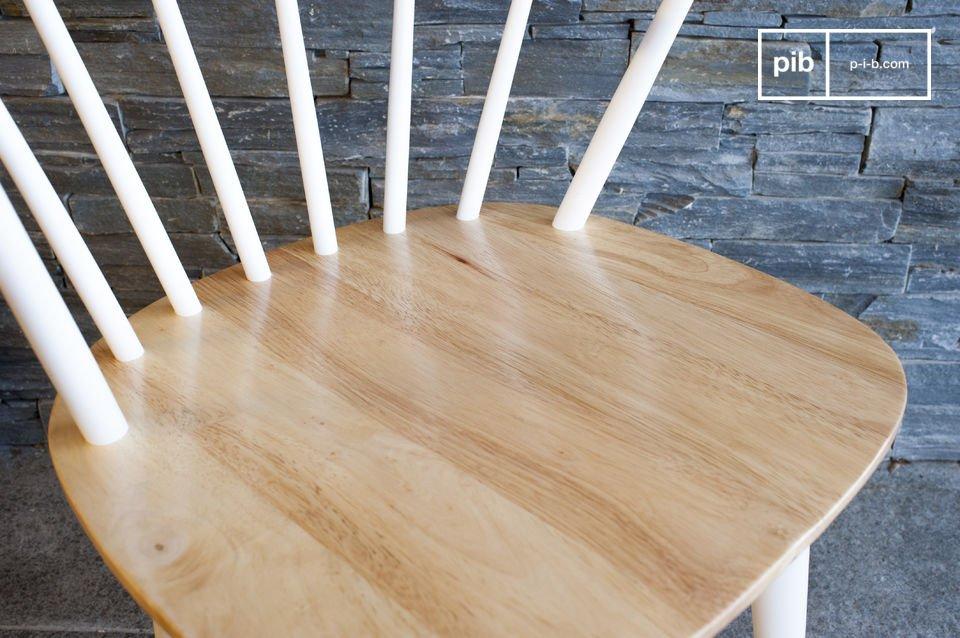 Deze stoel is volledig gemaakt van massief hout en heeft een rugleuning die is gemaakt van smalle staven